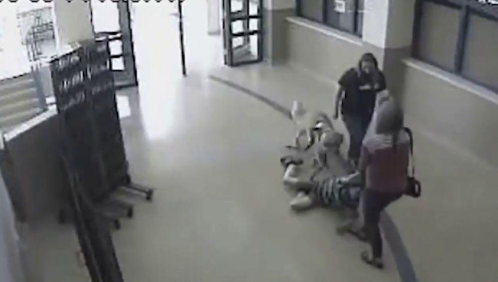 Una profesora y una enfermera de una escuela arrastran por el pasillo a un niño autista y a su perro guía