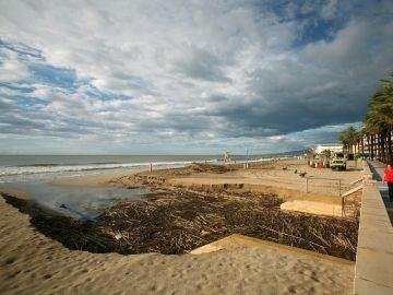 La paya de Salou afectada por el huracán Leslie