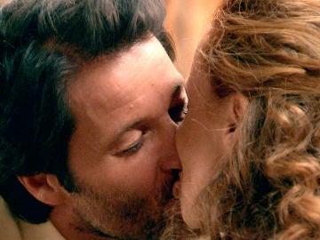 Gabriel y Natalia se besan a solas en la habitación