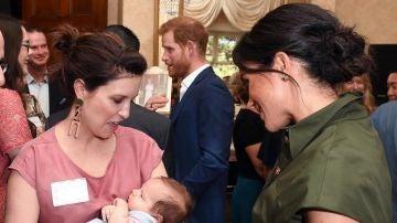 A Meghan Markle ya le sale el instinto maternal