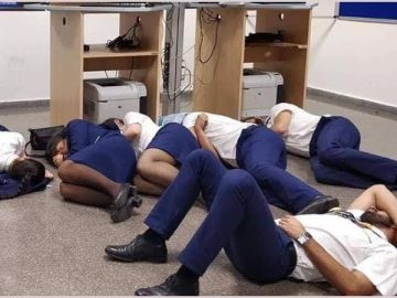 Tripulantes de Ryanair durmiendo en el suelo en el aeropuerto de Málaga
