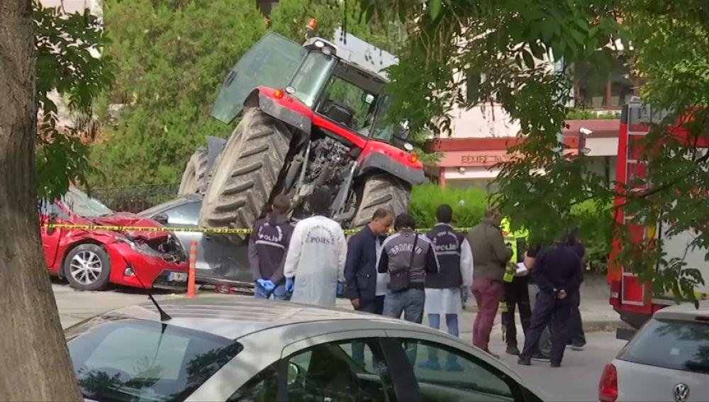 Un tractor se estrella cerca de la residencia del embajador isrealí en Turquía