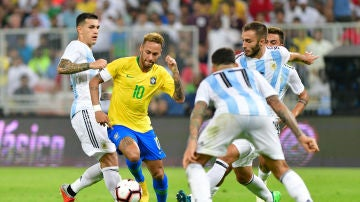Neymar intenta regatear a la defensa argentina