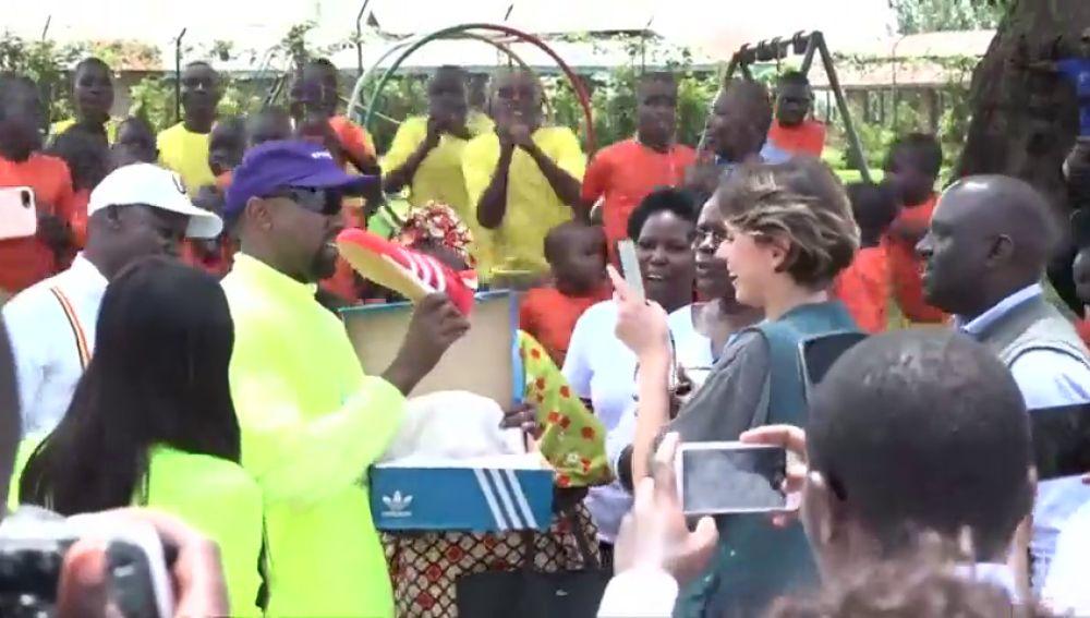 KIM KARDASHIAN Y KANYE WEST VISITAN UN ORFANATO EN UGANDA