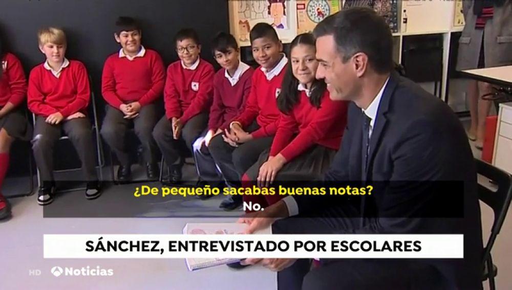 Pedro Sánchez con un grupo de niños