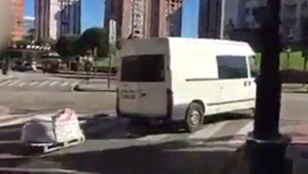 Una furgoneta conduce con un palé de madera enganchado a la parte trasera