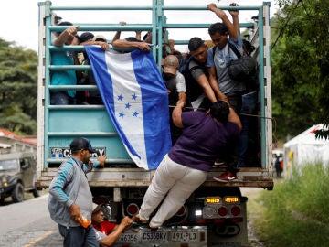 Migrantes hondureños tratan de llegar a Estados Unidos