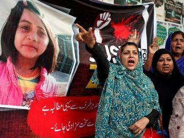 Mujeres protestando por la violación y asesinato de Zainab