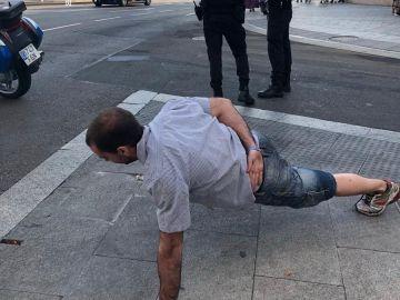 Imagen del ciclista sancionado haciendo flexiones