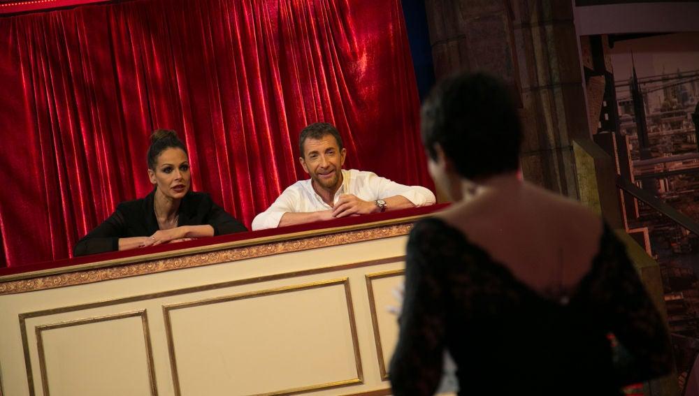 Pablo Motos y Eva González disfrutan de un particular homenaje a 'La Voz'