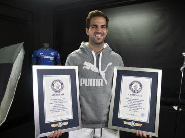 Cesc Fábregas, con sus dos certificados de récord 'Guiness'