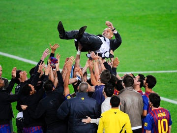 Guardiola, manteado por sus jugadores en su despedida del Barça