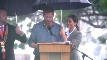 Polémica por la imagen de Meghan sujetándole el paraguas al príncipe Harry durante un discurso
