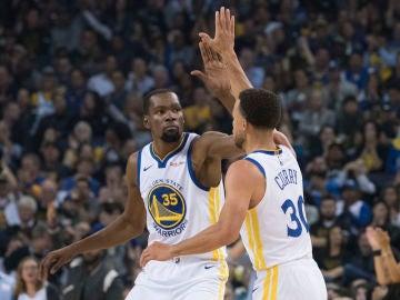 Curry y Durant celebran una canasta ante los Thunder