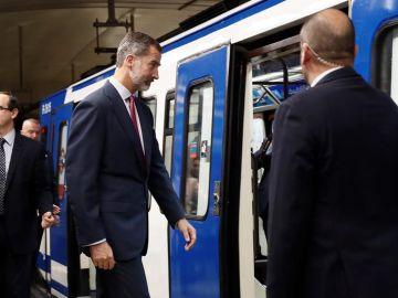 El Rey Felipe accede al tren en la estación de Sol
