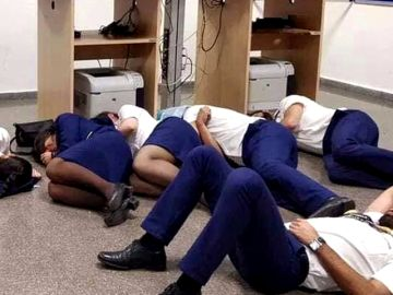 """Ryanair demuestra con una grabación que la imagen de sus pilotos y tripulantes durmiendo en el suelo es """"falsa"""""""