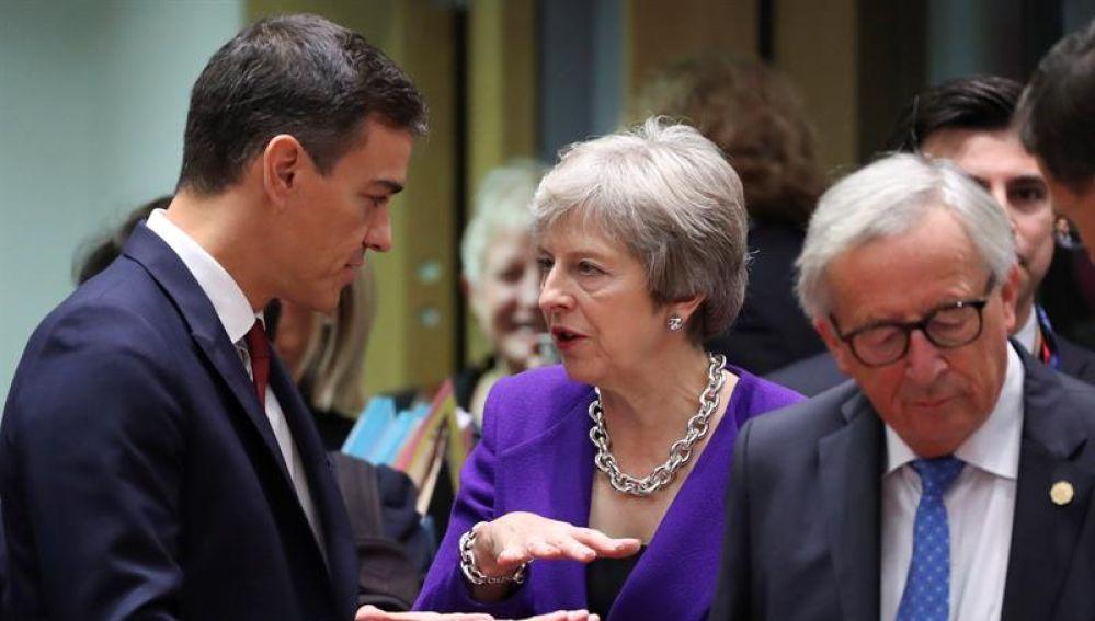 Pedro Sánchez junto a Theresa May y Jean-Claude Juncker