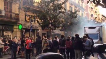 Los Mossos desalojan una casa en Barcelona y detienen a dos okupas que se encadenaron a bidones para evitarlo