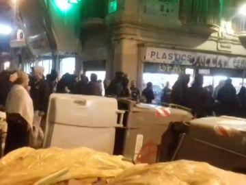 Manifestantes queman contenedores por el desalojo de un inmueble 'okupado' en Gràcia