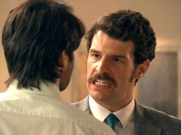 Carlos ataca a Gabriel culpando a Natalia de la revuelta en la Plaza de los Frutos