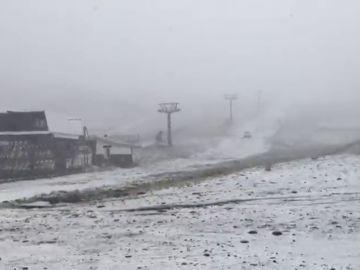 Sierra Nevada comienza a cubrirse de blanco: caen las primeras nieves del otoño