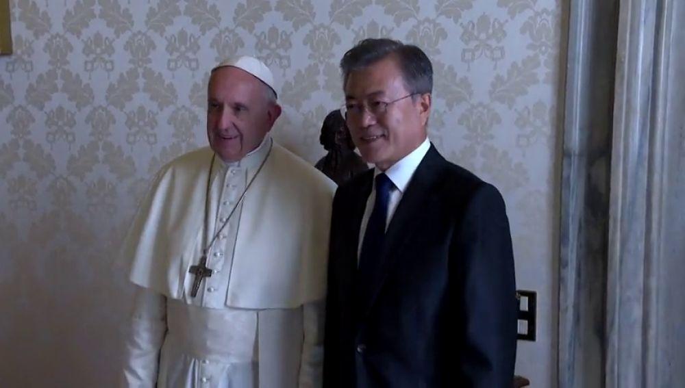 El presidente surcoreano se reúne con el Papa Francisco y le invita a visitar Corea del Norte