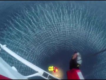 Rescatan en helicóptero a cuatro tripulantes de un barco pesquero