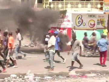 Un muerto y docenas de heridos tras las protestas contra la corrupción