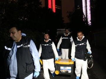 Policías forenses turcos llegando al consulado de Arabia Saudí por el asesinato del periodista khashoggi