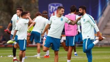 Vitolo y Diego Costa, durante un entrenamiento del Atlético de Madrid