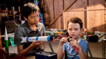 Tam Nguyen y Sheldon Cooper en 'El joven Sheldon'