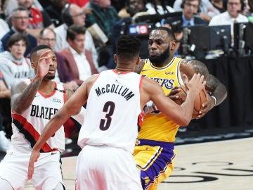 LeBron James, en acción ante los Blazers