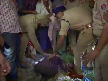 Al menos 50 muertos arrollados por un tren en un paso a nivel en la India