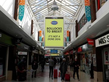 Uno de los carteles de Mullins en una galería comercial londinense