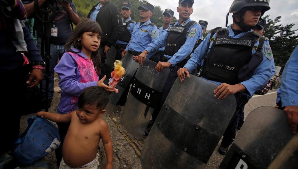 Policías guatemaltecos bloquean la entrada a niños migrantes hondureños en la frontera