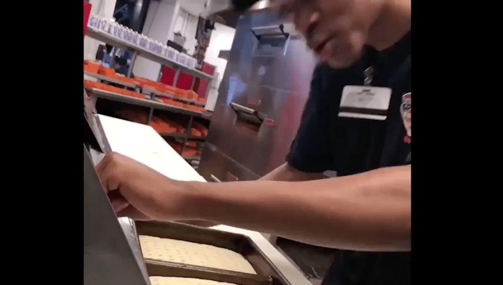 Un cocinero escupe en la pizza que preparaba