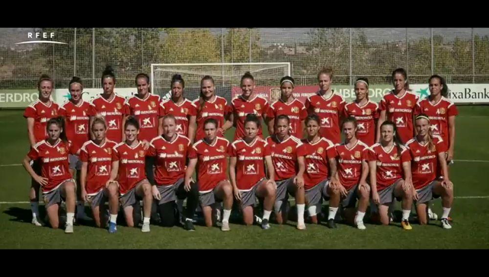 Las internacionales de las selecciones españolas absolutas femeninas de fútbot y fútbol sala se suman a la campaña contra el cáncer de mama