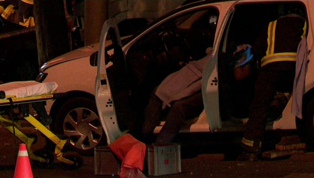 Un taxista queda atrapado en su coche tras un aparatoso accidente con un camión