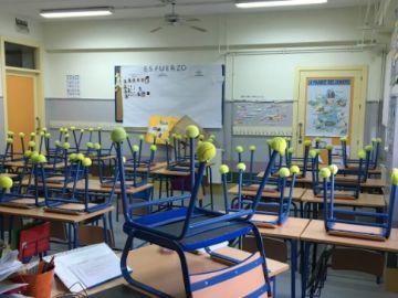Pelotas de tenis en las sillas de clase
