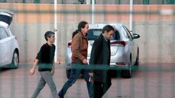 El líder de Podemos, Pablo Iglesias, a su llegada a la prisión de Lledoners