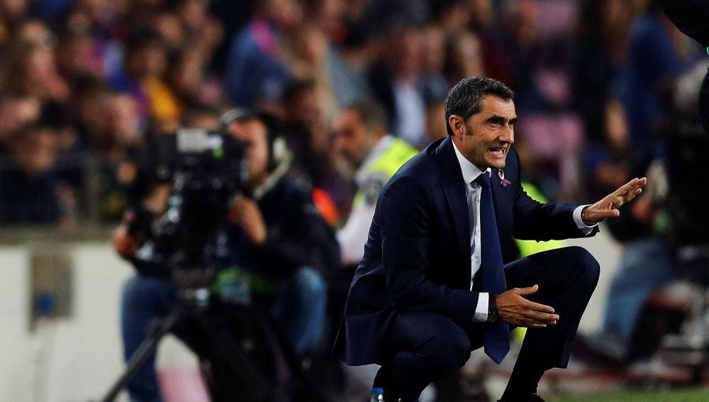 Valverde da indicaciones durante el partido contra el Sevilla