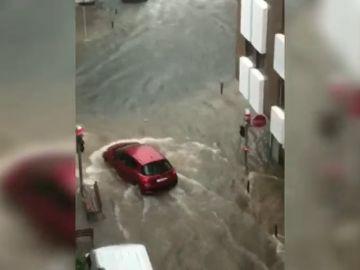 Los coches circulan con dificultad en Tavernes tras la importante tromba