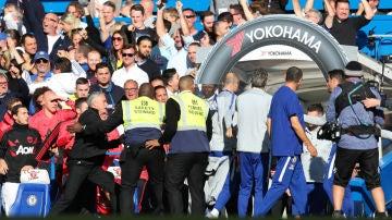 Mourinho, sujetado por los 'stewards'