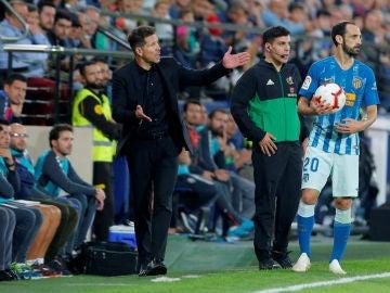 Simeone da indicaciones durante el partido contra el Villarreal