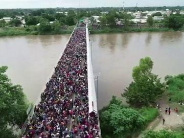 Miles de hondureños fuerzan la valla fronteriza de Guatemala y entran en México a pesar de las amenazas de Trump de no dejarles entrar en EEUU