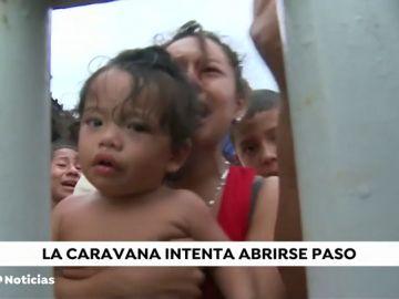 La 'caravana' de migrantes se detiene entre Guatemala y México a la espera de una estrategia oficial