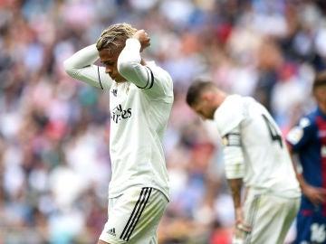 Mariano se lleva las manos a la cabeza durante el partido contra el Levante