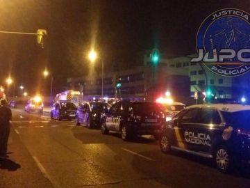 Imagen de coches de Policía tras el intento de fuga en el CIE de Aluche