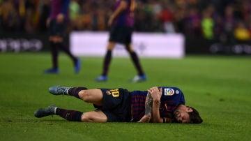 Lionel Messi, tendido en el suelo
