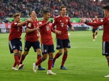 Los jugadores del Bayern celebran un gol con James Rodríguez